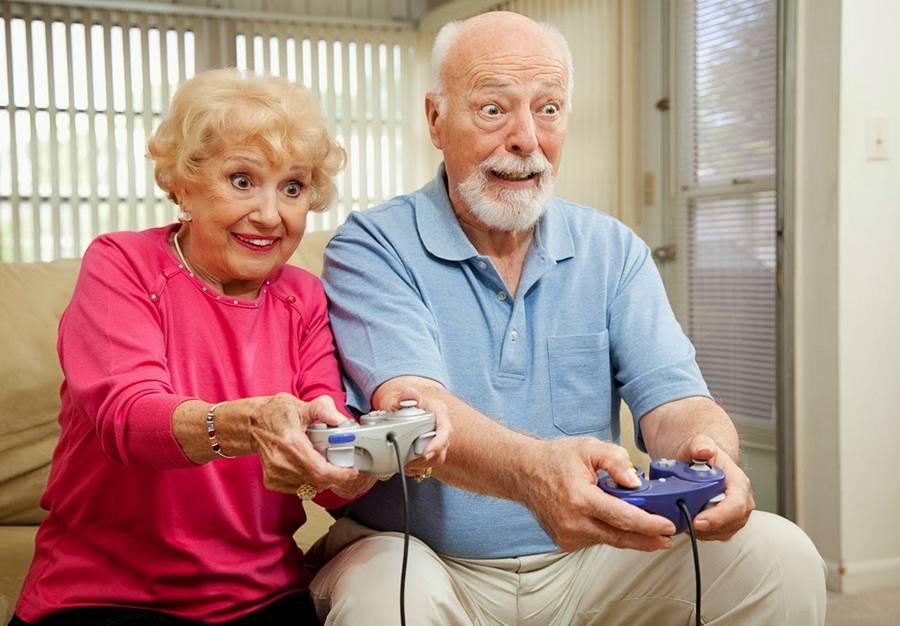 Довольные пожилые люди