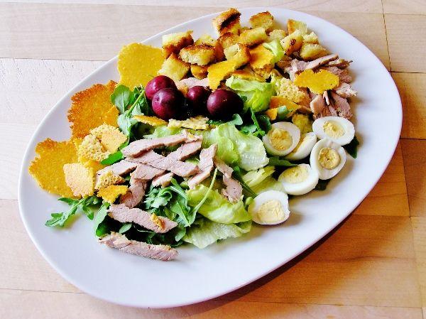 Салат с мясом и сырными чипсами
