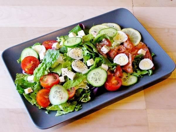 Вкусный салат с семгой слабой соли и плавленым сыром