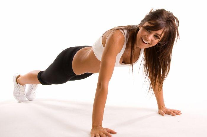 Девушка занимается фитнесом