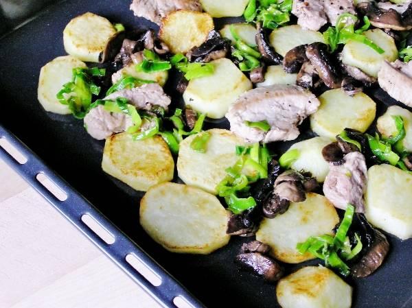 Мясо. картофель, грибы на противне