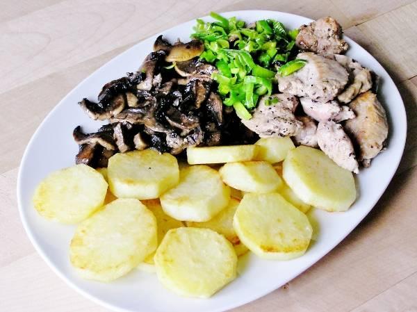 Жареные ингредиенты для запеченного в духовке мяса с картофелем и грибами