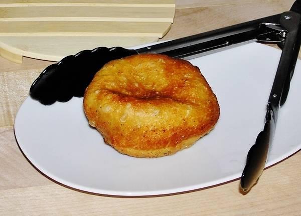 Жареный пирожок с мясом