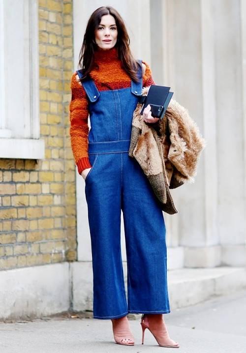 Джинсовый комбинезон со свитером