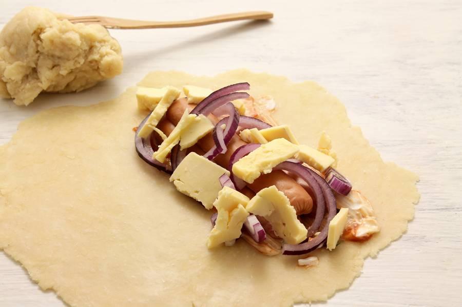 Приготовление кальцоне с сосисками