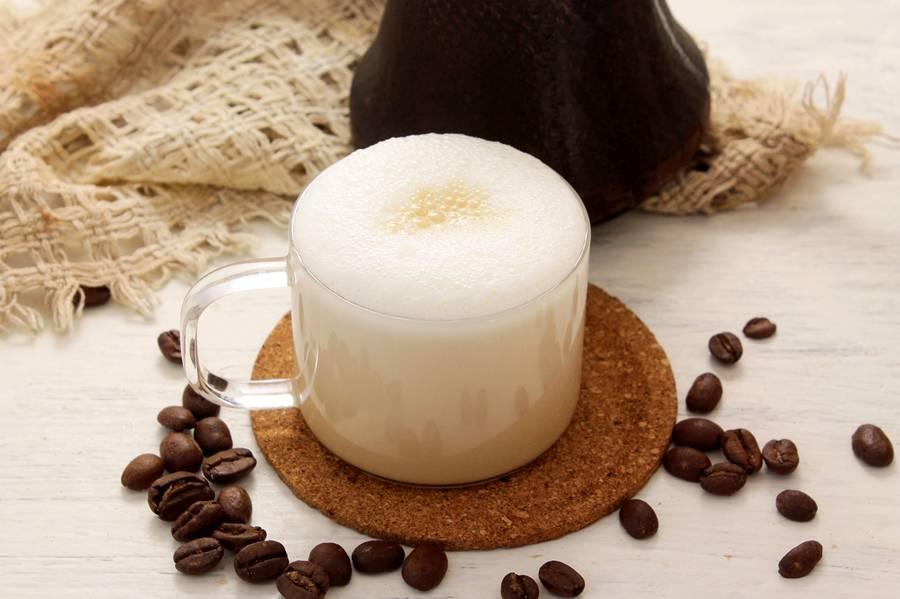 Вливаем кофе в молоко