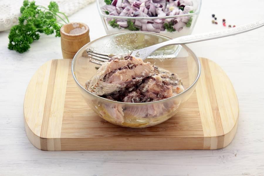 Измельчаем рыбу для салата «Мимоза»