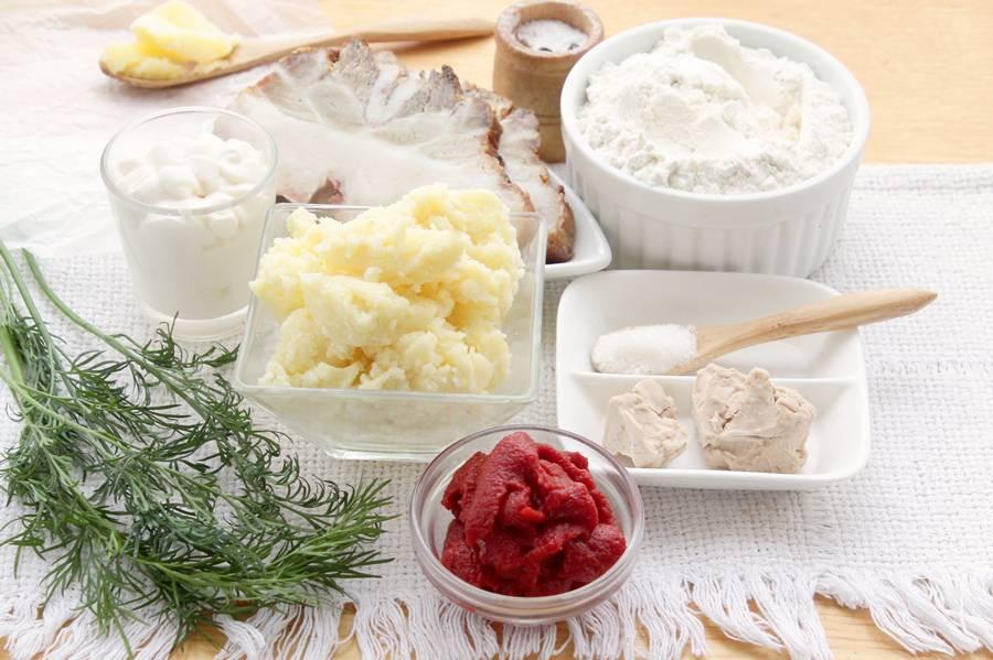 Ингредиенты для томатных пирожков с картошкой и мясом