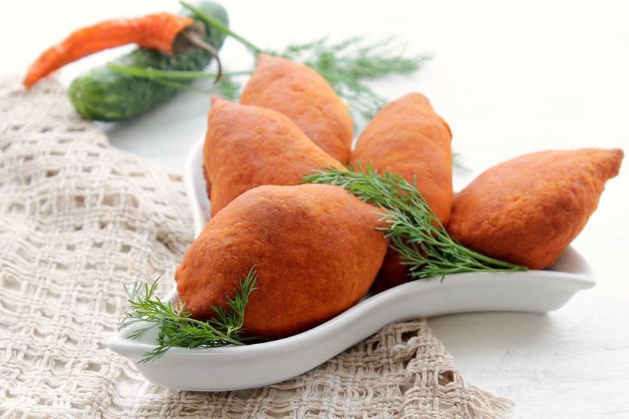 Картофельные пирожки с мясом из томатного теста