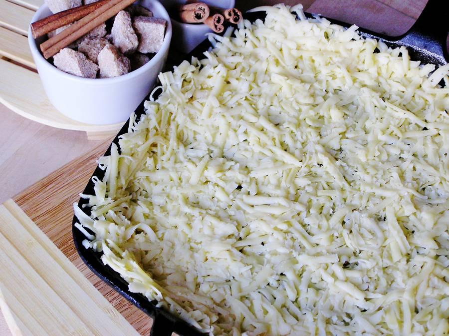 Приготовление яблочного пирога с сыром