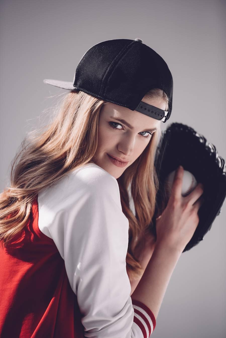 Девушка с бейсбольной перчаткой