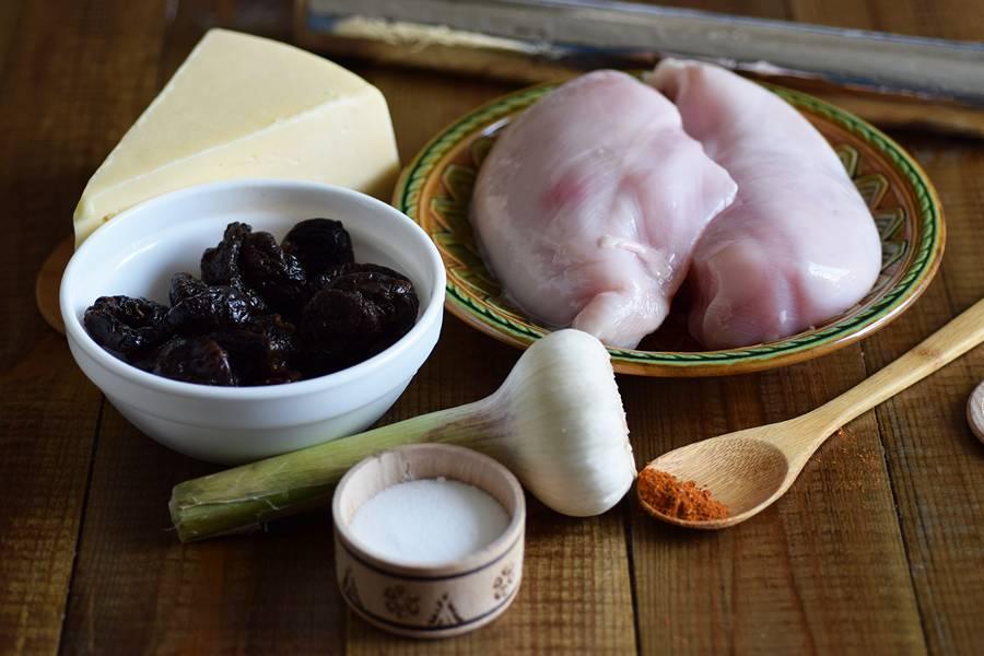 Ингредиенты для куриного рулета с сыром и черносливом