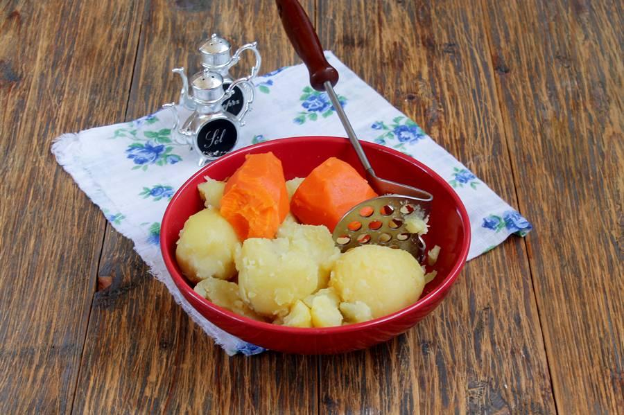 Приготовление картофельных зраз с морковью и мясной начинкой, шаг 2