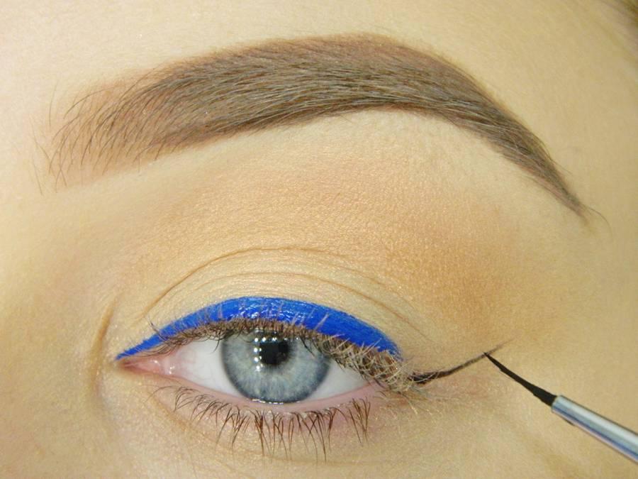 Макияж глаз с градиентной синей стрелкой
