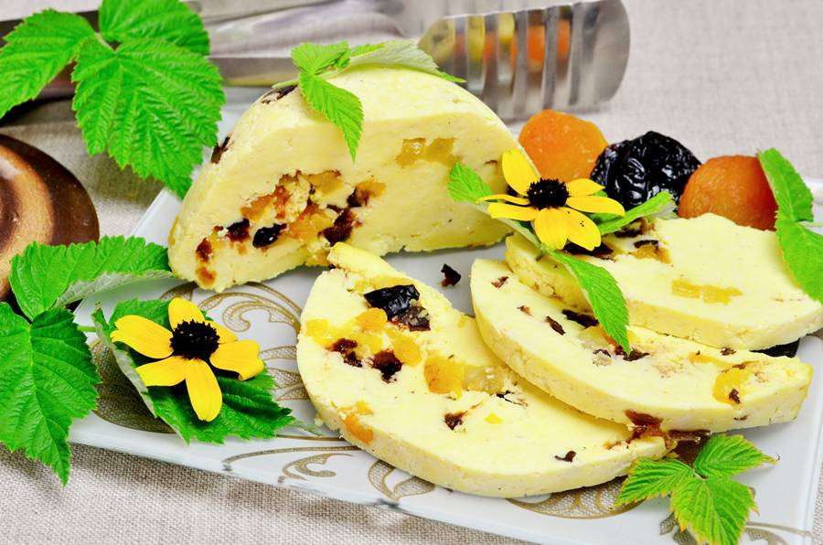 Домашний сыр с черносливом и курагой