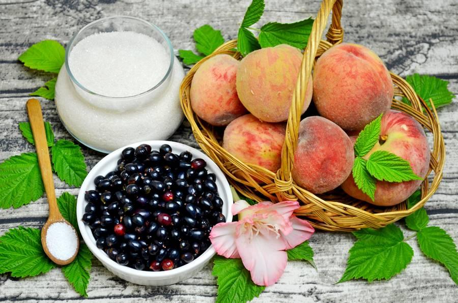 Ингредиенты для джема из персиков и черной смородины