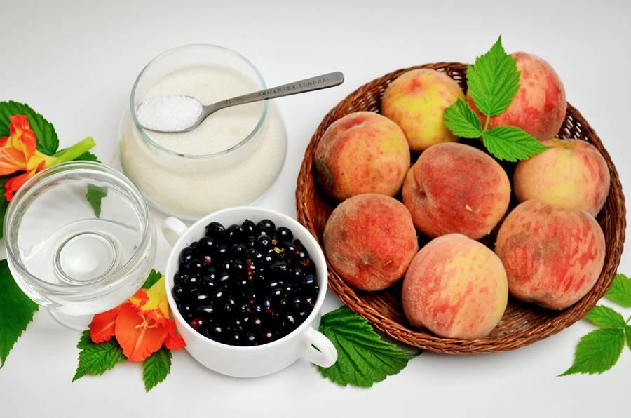 Ингредиенты для компота из черной смородины и персиков