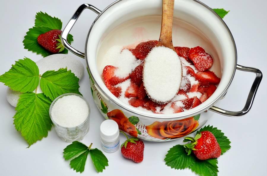 Приготовление домашнего йогурта с клубникой