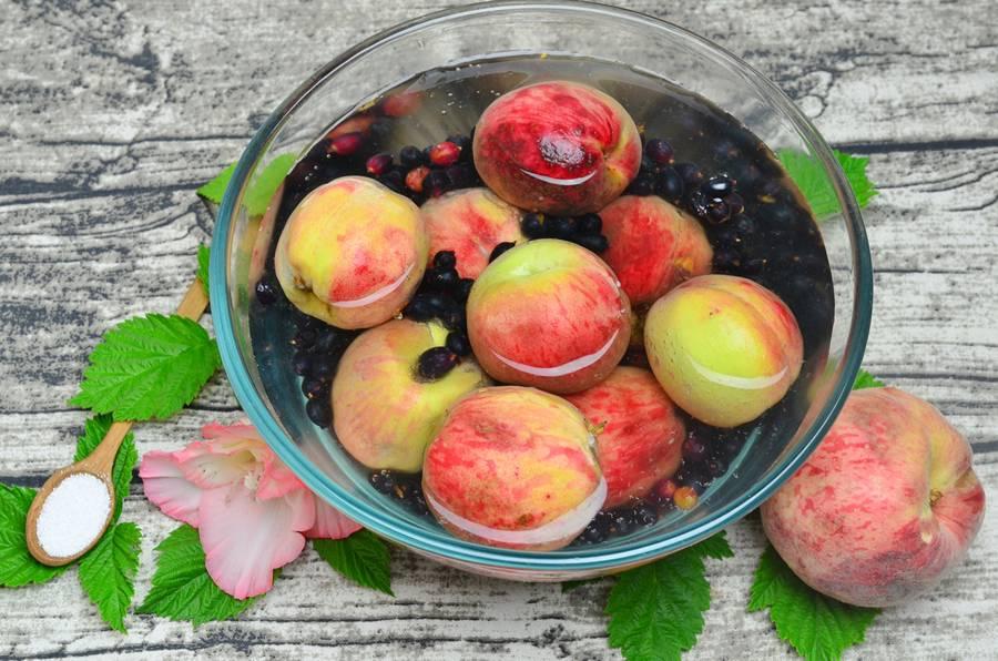 Приготовление джема из черной смородины и персиков