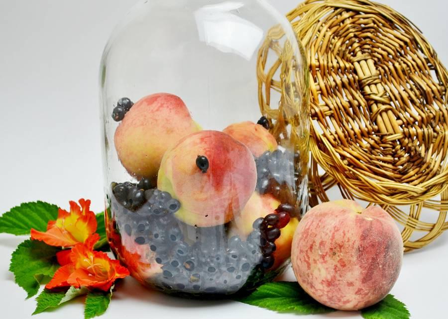 Приготовление компота из черной смородины и персиков
