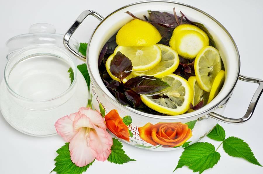 Приготовление напитка из лимона и базилика