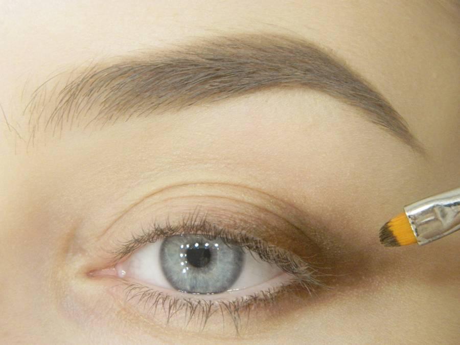 Этап выполнения макияжа глаз в карандашной технике