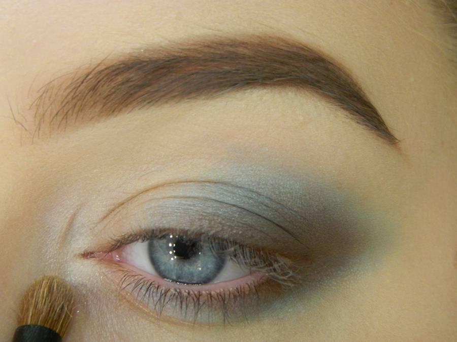 Делаем нежный голубой макияж глаз