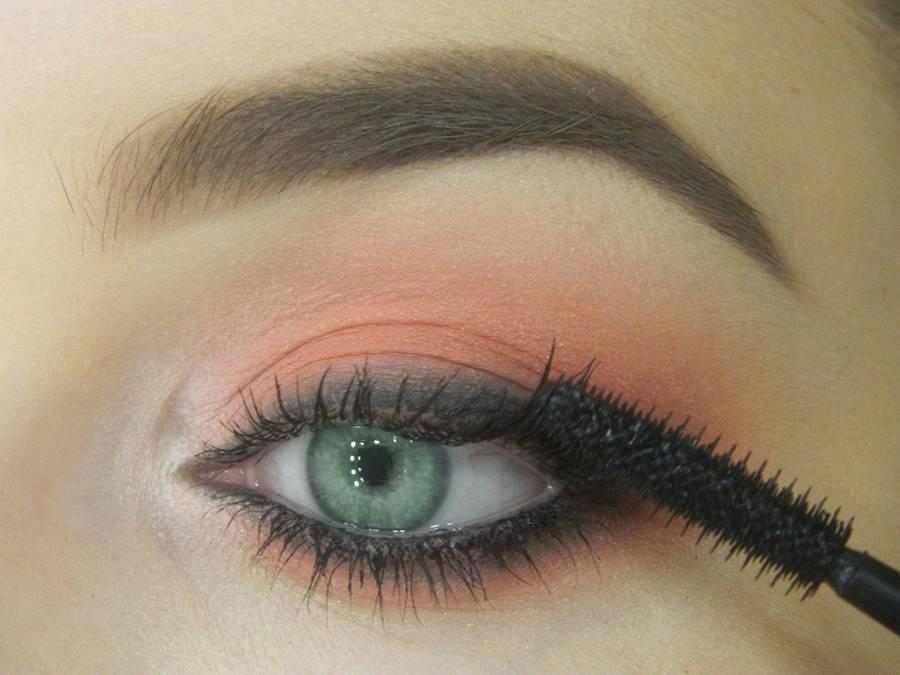 Как сделать макияж для зеленых глаз шаг 12