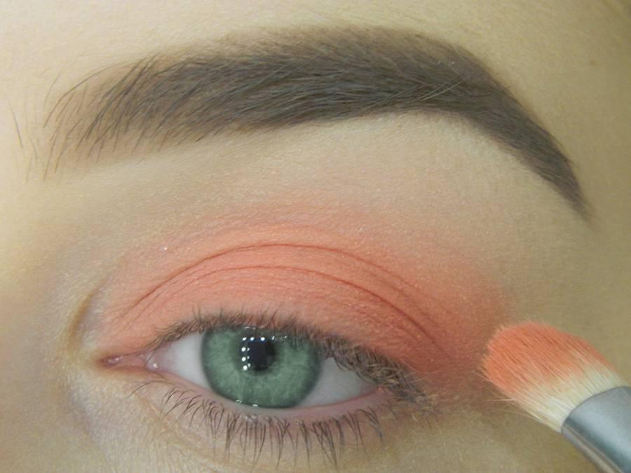 Как сделать макияж для зеленых глаз шаг 3