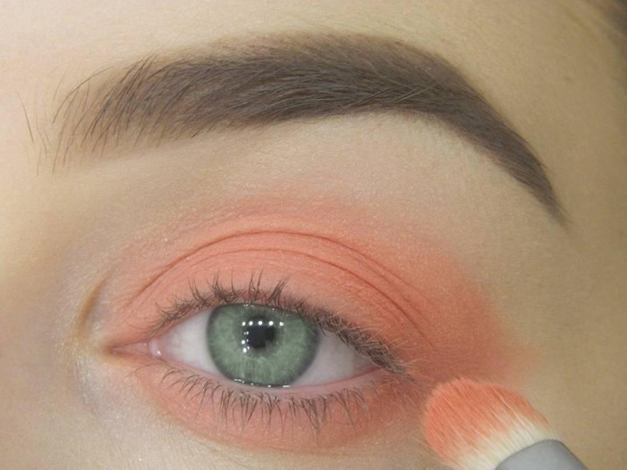 Как сделать макияж для зеленых глаз шаг 4