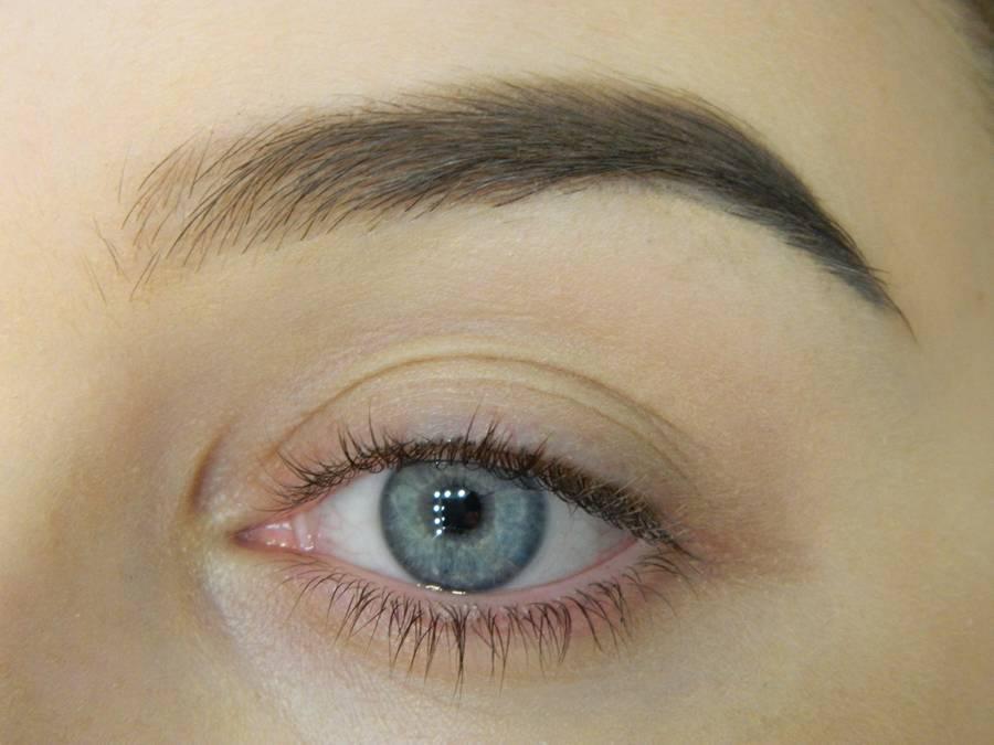 Как сделать макияж с растушеванной стрелкой шаг 1