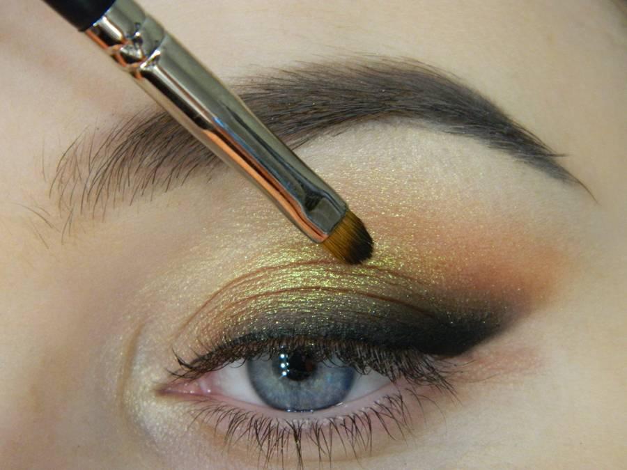 Как сделать макияж с растушеванной стрелкой шаг 10