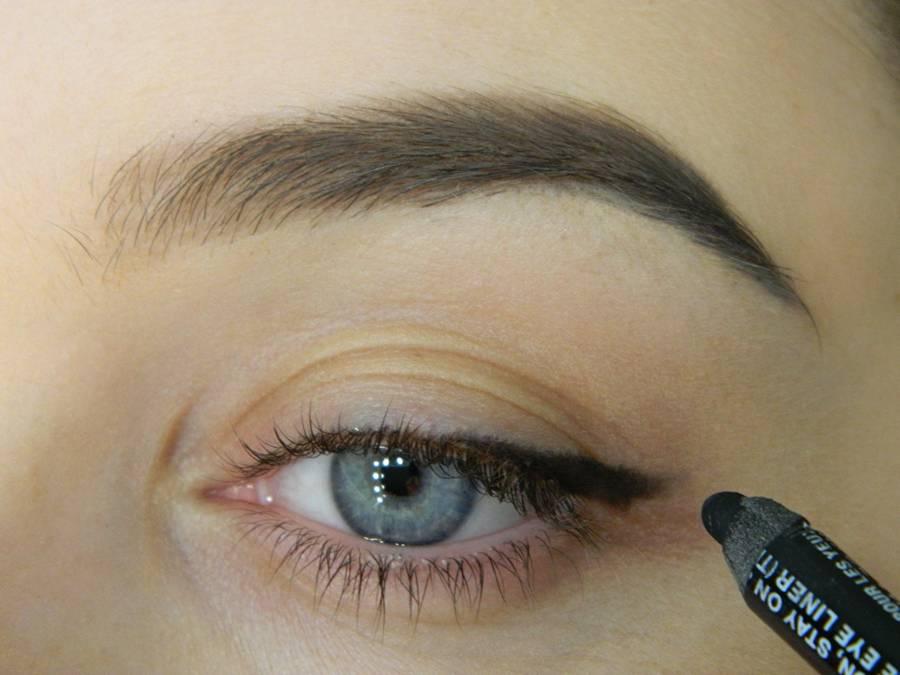 Как сделать макияж с растушеванной стрелкой шаг 2