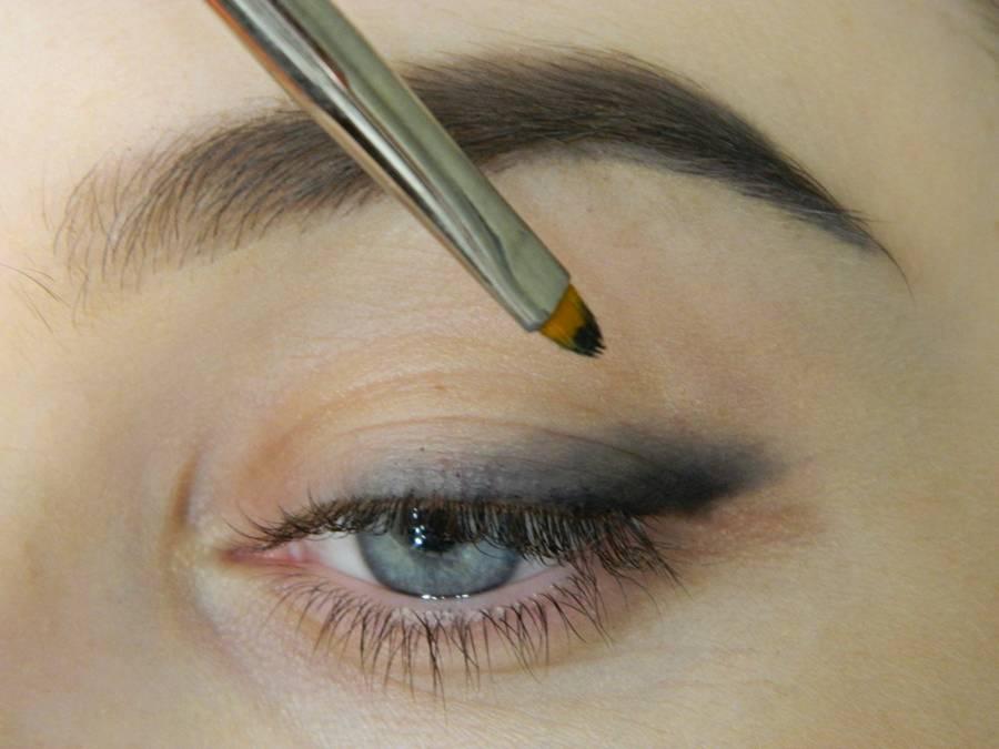 Как сделать макияж с растушеванной стрелкой шаг 3