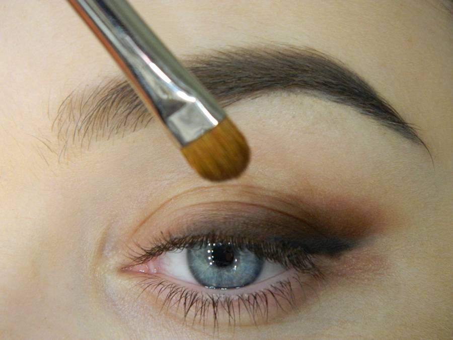 Как сделать макияж с растушеванной стрелкой шаг 4