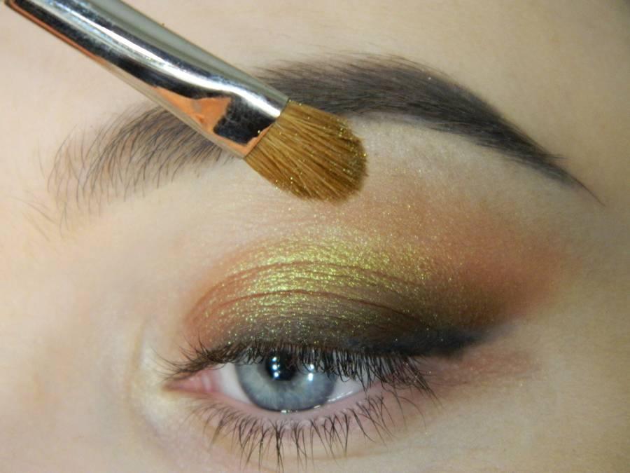 Как сделать макияж с растушеванной стрелкой шаг 7