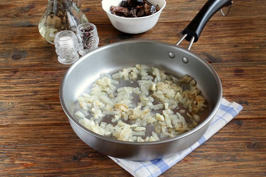 Приготовление салата из фасоли и грибов