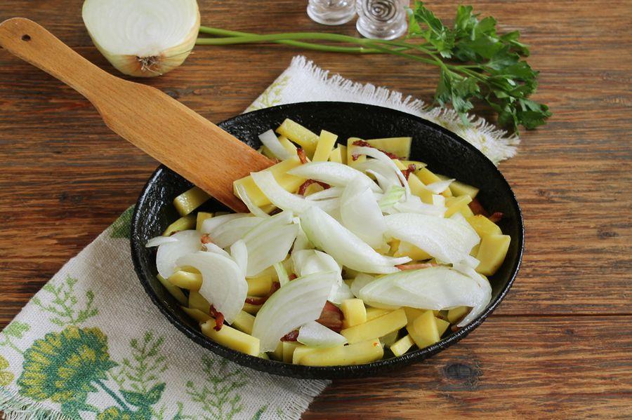 Приготовление жареной картошки с тыквой и беконом