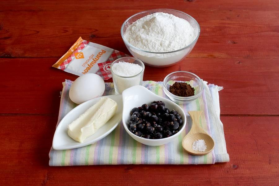 Ингредиенты кофейных кексов с черной смородиной