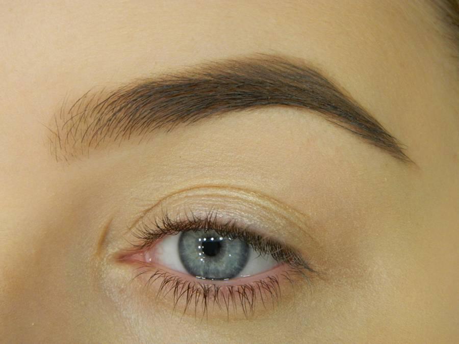 Как сделать макияж с двойной цветной стрелкой шаг 1