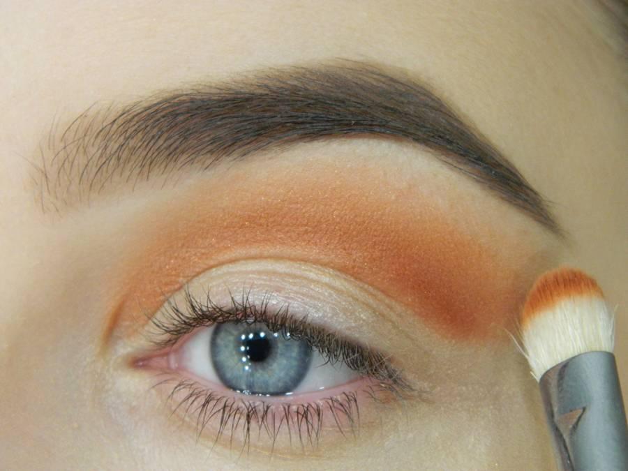 Как сделать макияж с двойной цветной стрелкой шаг 2