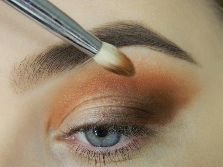 Как сделать макияж с двойной цветной стрелкой шаг 3