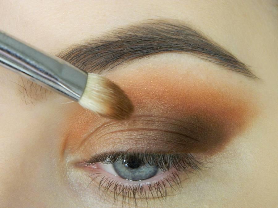 Как сделать макияж с двойной цветной стрелкой шаг 4