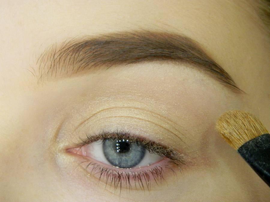 Как сделать простой макияж с декоративной стрелкой шаг 2