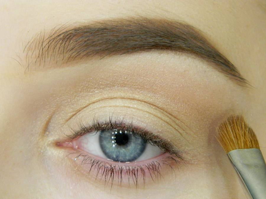 Как сделать простой макияж с декоративной стрелкой шаг 3