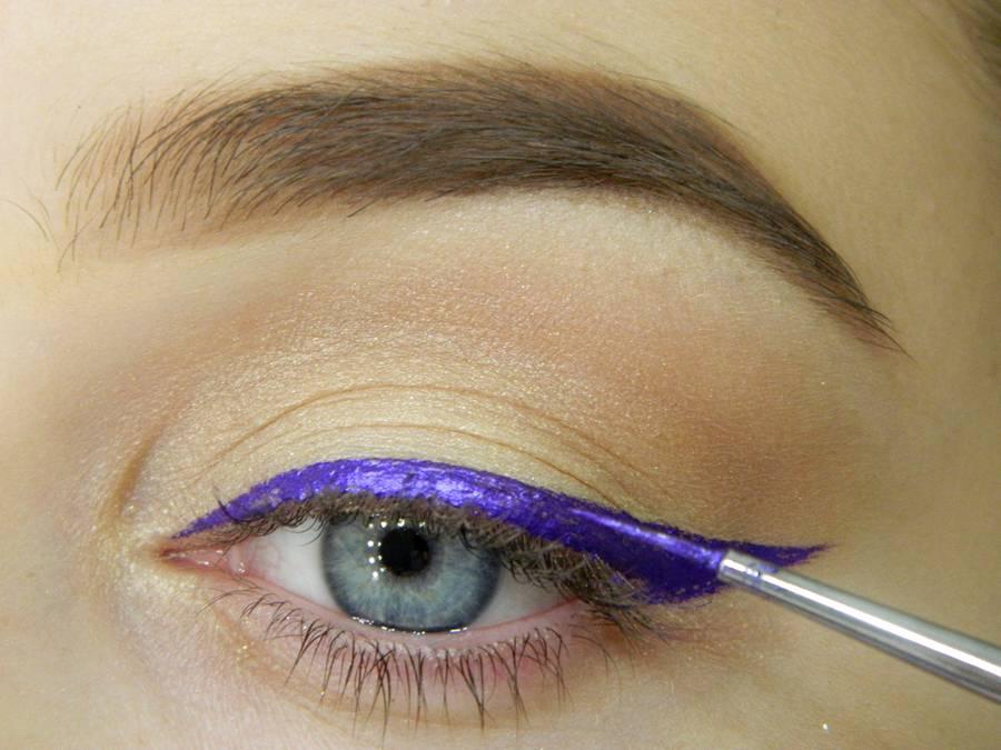 Как сделать простой макияж с декоративной стрелкой шаг 5
