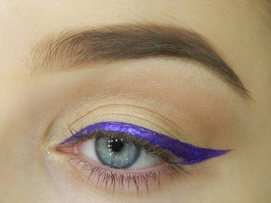 Как сделать простой макияж с декоративной стрелкой шаг 6