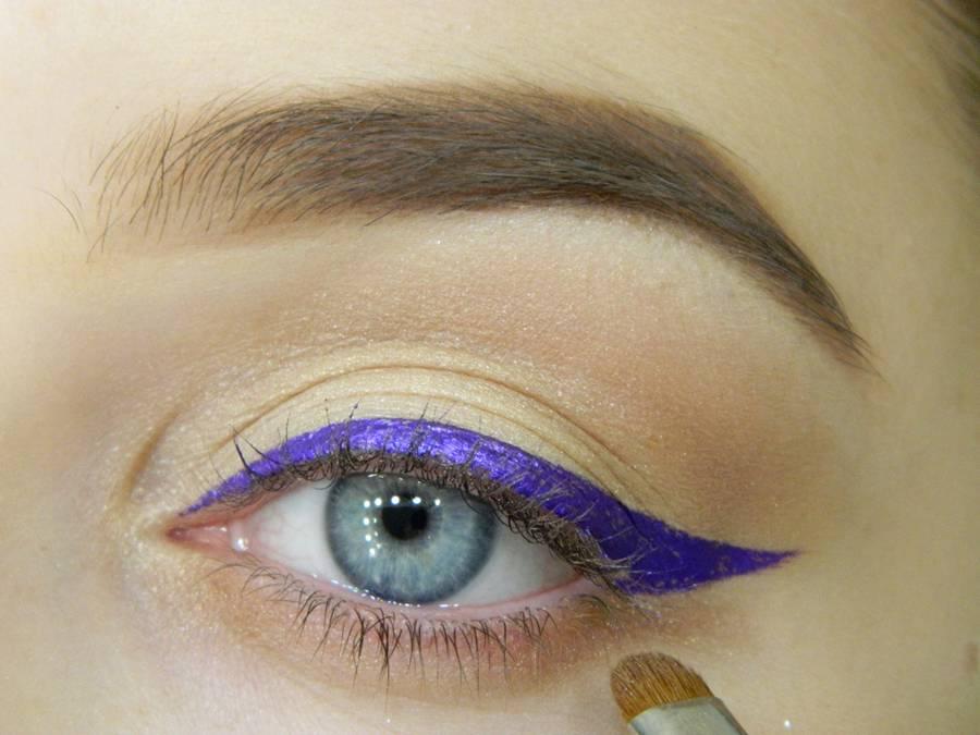Как сделать простой макияж с декоративной стрелкой шаг 7