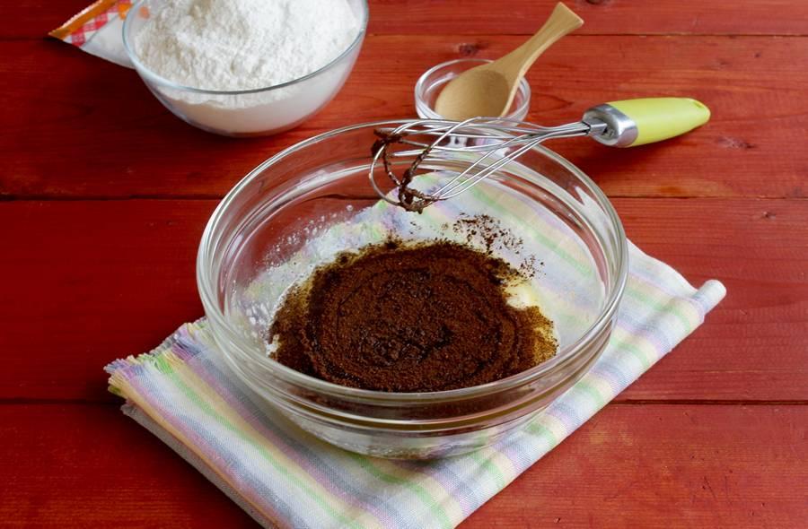 Приготовление кофейных кексов с черной смородиной шаг 3