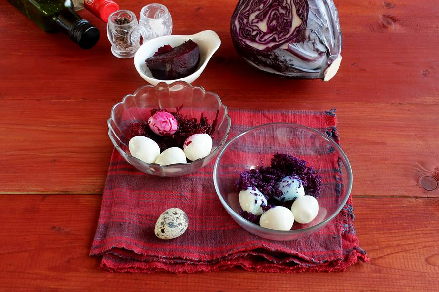 Приготовление салата с беконом и перепелиными яйцами шаг 1